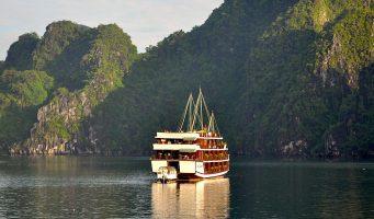 bateau dans la baie d'Halong