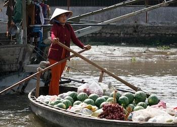 vendeuse de fruits sur le marché flottant de Cai Rang.jpg