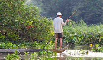 pêcheur vietnamien sur une embarcation