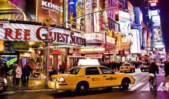 rue de New York avec enseignes et voitures la nuit