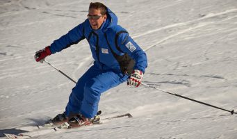 skieur dévalant une pente