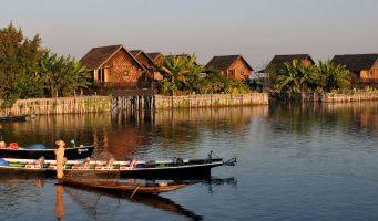 village et barque sur le lac Inle